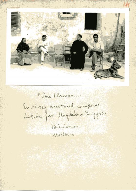 Son Llampaies. En Morey anotant cançons dictades per Magdalena Puiggròs. Biniamar. Mallorca